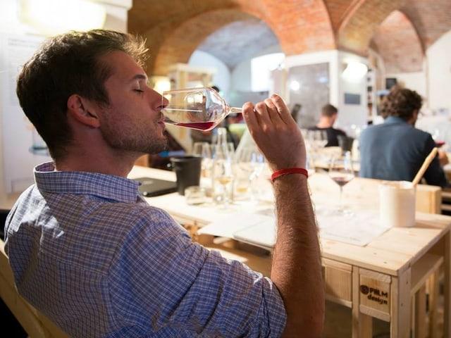 Ein Bild eines Schülers, der einen Weinkurs besucht und Wein probiert.
