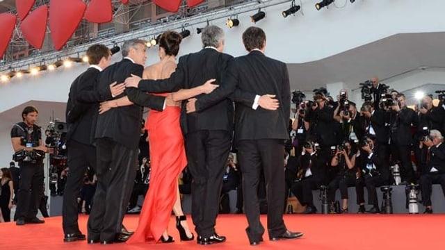 Stars (George Clooney, Sandra Bullock und Alfonso Cuaron) im Blitzlichtgewinner der Photographen.