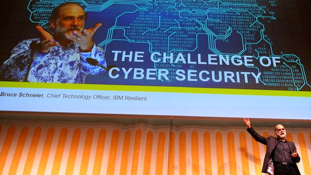 Der Sicherheitsextperte Bruce Schneier bei einem Vortrag in Zug