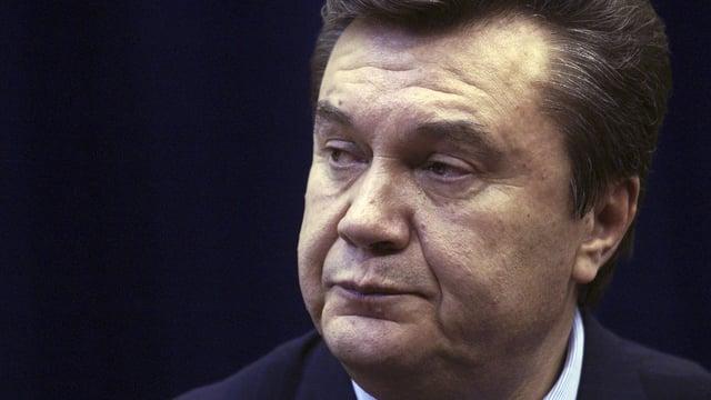 Viktor Janukowitsch blickt nachdenklich zur Seite