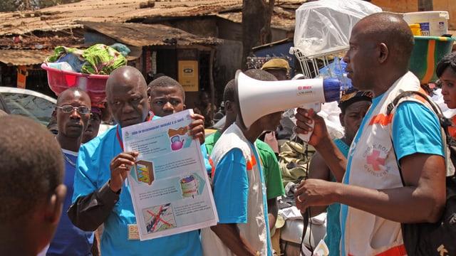 Aufklärung über die Krankheit Ebola in den Strassen Conakrys in Guinea.