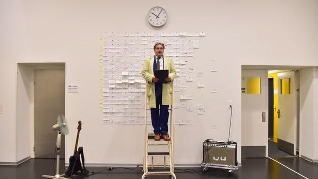 Ein Schauspieler auf einer Leiter