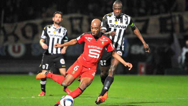 Gelson Fernandes (in rot) bei einem Abschlussversuch im Spiel bei Angers.