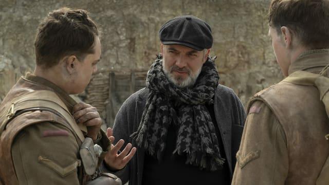 Regisseur Sam Mendes bespricht eine Szene mit seinen beiden Hauptdarstellern auf dem Set.