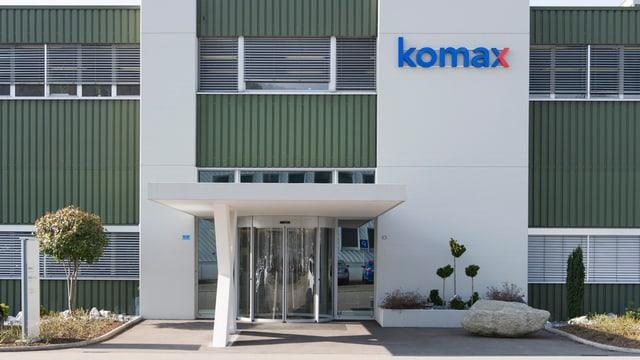 Eingang zu einem Fabrikgebäude mit der Aufschrift Komax.