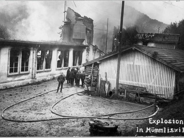 Schwarz-weiss-Aufnahme der brennenden Fabrik