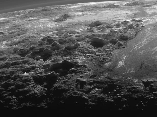 Schwarze Eisspitzen türmen sich in die Höhe.