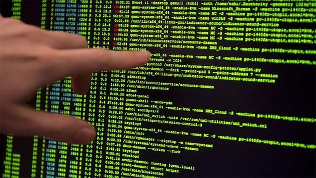 Ein Finger zeigt auf Code auf einem Computerbildschirm.
