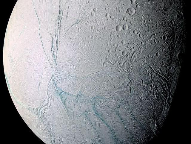 Krater und Narben auf Enceladus
