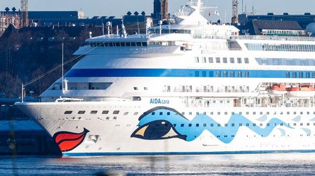 Kreuzfahrtschiff mit aufgemalten glücklichen Gesicht