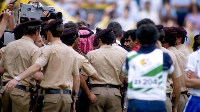 der Scheich von Kuwait. in einer Menschentraube auf dem Platz