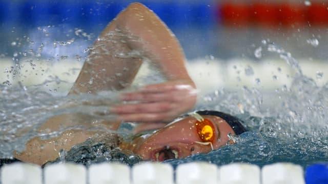 Schwimmerin im Hallenbad.