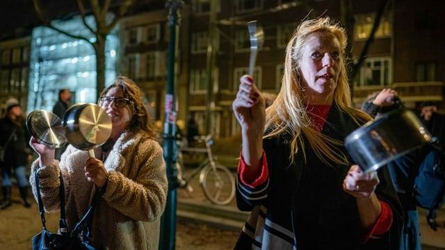 Nach dem Verkünden des neuerlichen Lockdowns protestieren Gegnerinnen der Coronamassnahmen lautstark.