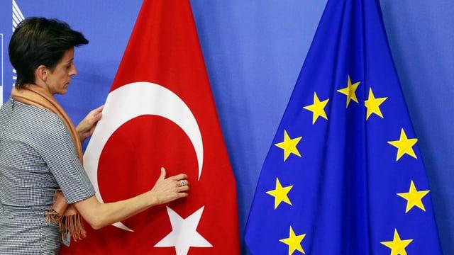 Frau richtet türkische Fahne