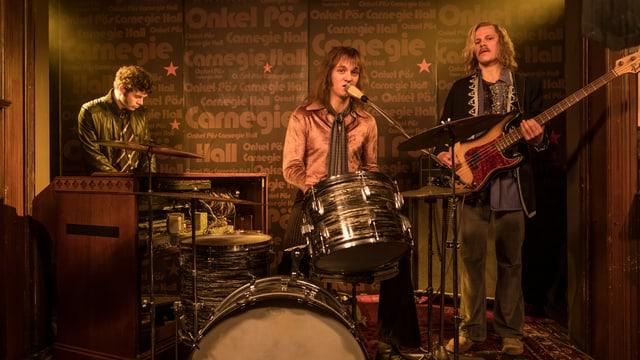 Udo Lindenberg (Jan Bülow, Mitte) ist noch hin und her gerissen zwischen Schlagzeug und Gesang.