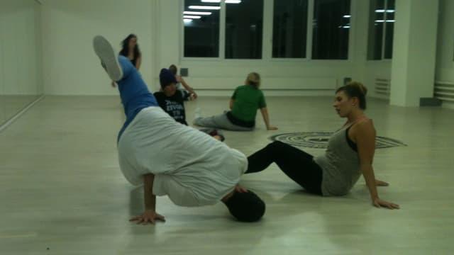 Roman Völlmin zeigt Breakdance Figur vor