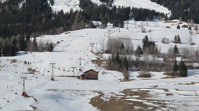 Blick auf die Talabfahrt Savognin, es liegt wenig Schnee.