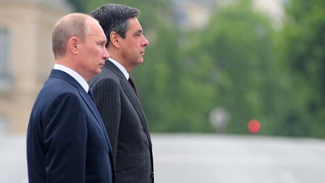 Putin und Fillon stehen Schulter an Schulter, das Bild ist von der Seite aufgenommen.