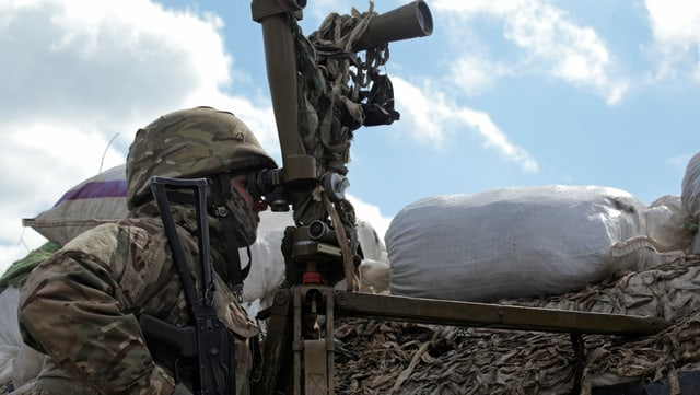 Ein ukrainischer Soldat an einem Beobachtungsposten in der Nähe von Donezk.