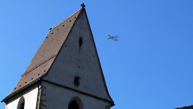 Zu hoch oder nicht? Ein Flugzeug im Anflug über der Kirche Hohentengen.