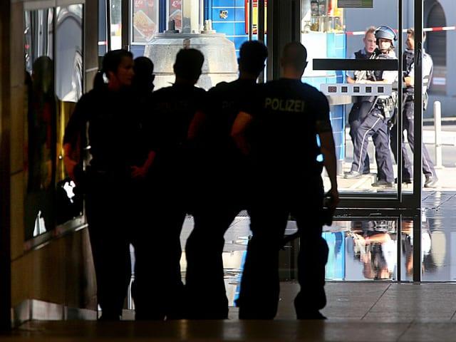 Polizei am Bahnhof.