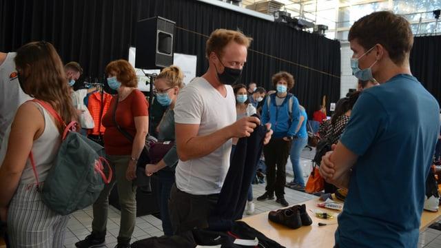 Menschen mit Gesichtsmasken an Markt