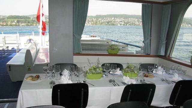 Ein gedeckter Tisch auf einem Zürichsee-Schiff