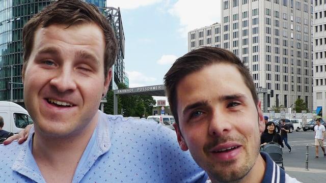 Yves und Jonas umarmen sich in Berlin am Potsdamerplatz.