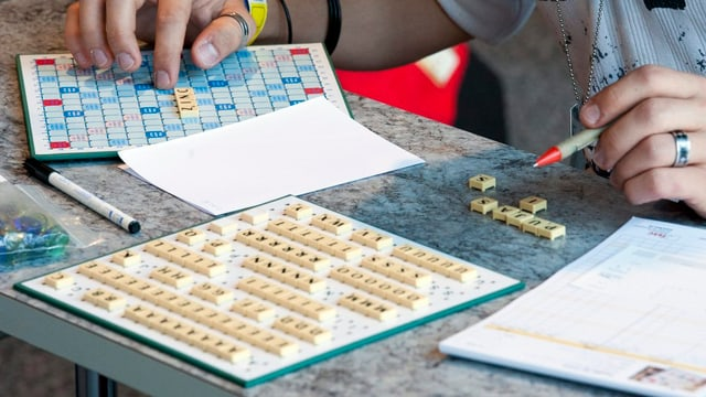 Scrabble-Spiel auf einem Tisch.
