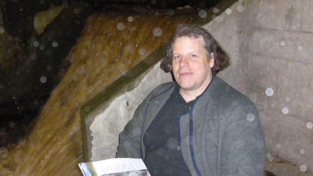Christoph Hagmann neben dem stiebenden Wasserlauf in seiner Kröschenbrunnen-Säge.