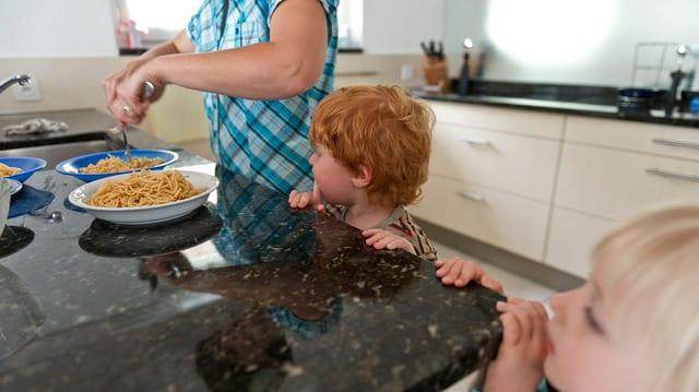 Kinder in einer Küche