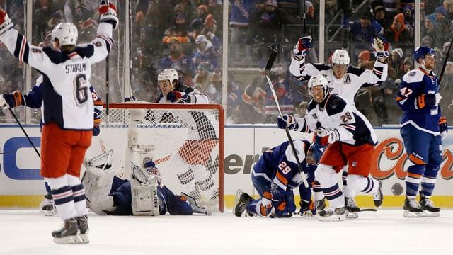 Die Rangers bejubeln den Siegtreffer gegen den Stadtrivalen im Schlussdrittel.