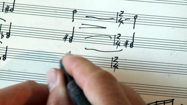 Gion Antoni Derungs durant scriver notas.