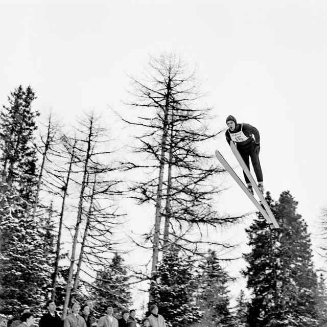 Skispringer Alois Kälin im Flug.