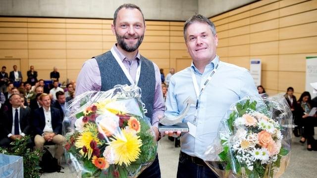 Franco Jenal und Daniel Kohler mit zwei Blumensträussen