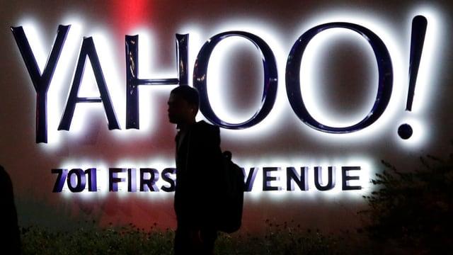 Yahoo-Logo, davor ein Passant.