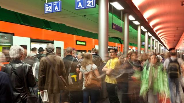 Pendler steigen aus und in einen Zug der RBS im Bahnhof Bern.