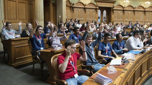 Giuvenils en il parlament.
