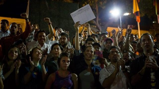 L'opposiziun venezolana vul relaschar il president vertent Nicolas Maduro.