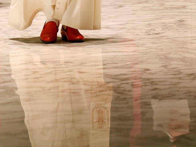 Die roten Schuhe des Papstes.