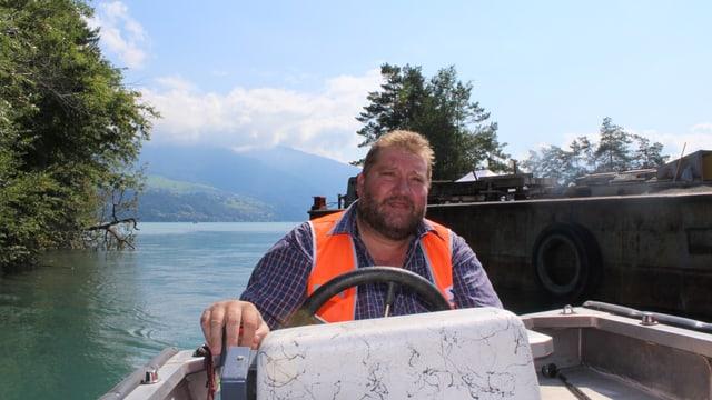Arnold Gertsch am Steuer eines Motorbootes.