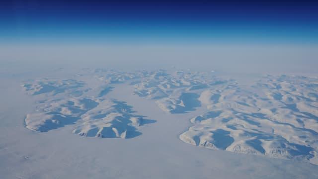 Luftaufnahme von mit Schnee bedeckten Gletschern.