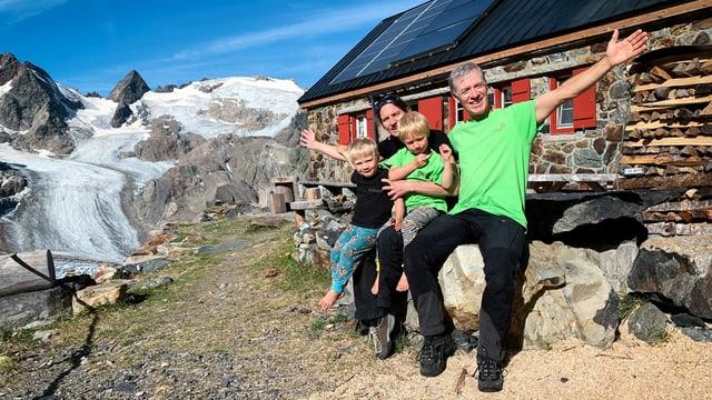 Familie Naue vor der Trifthütte im Kanton Bern