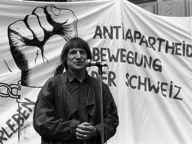 Dimitri vor Anti-Apartheids-Transparent.