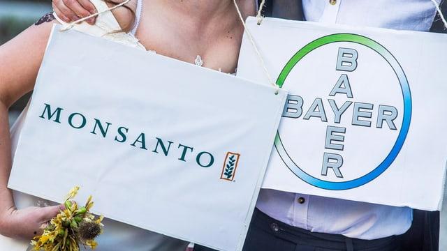 Die Logos von Monsanto und Bayer.