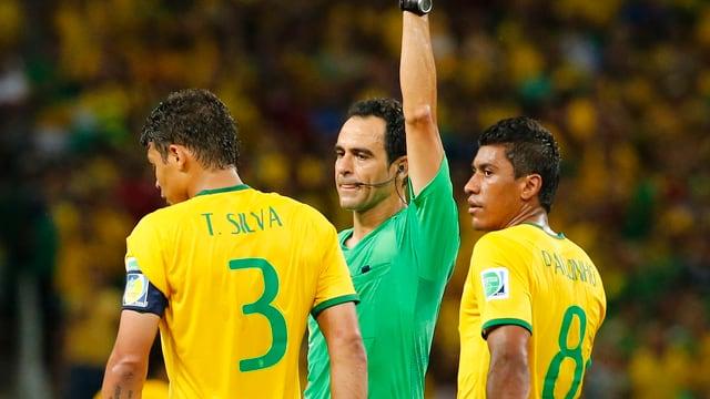 Thiago Silva kassiert vom Schiedsrichter eine gelbe Karte.