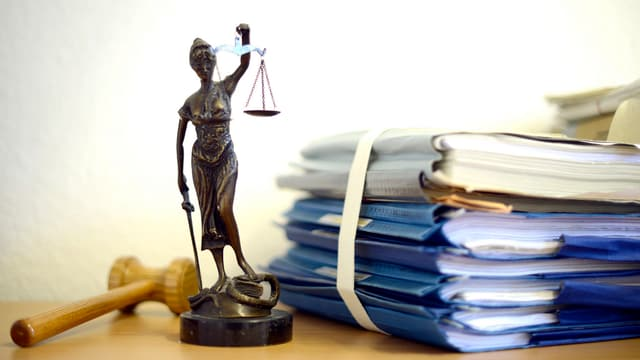 Maletg simbolic cun figura da justizia.