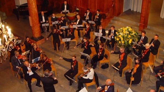 Das Orchester bei einem Konzert in der Kirche St. Peter.