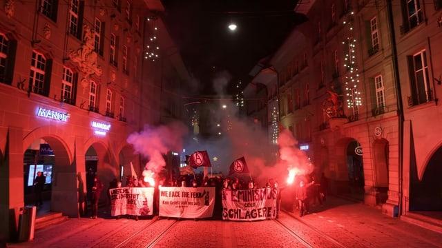 In der Berner Innenstadt demonstrierten bei einer unbewilligten Kundgebung mehrere Dutzend teils vermummte Demonstranten gegen Staatsgewalt.