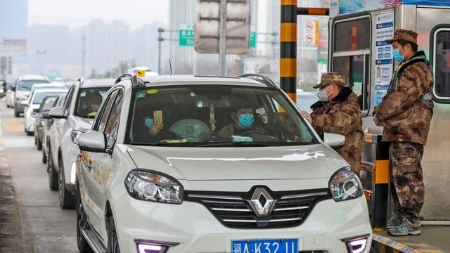 Soldaten prüfen einen Wagen
